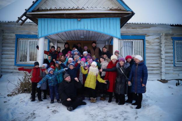 Православные волонтёры в с.Светлое: общее фото при входе в храм